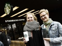 Anne Frier Madsen (tv) og Birgitte Frier Madsen Starbucks - Salling - Starbucks indtager Aalborg Starbucks åbner kaffeshop i Aalborg i samme bygning som Salling Foto: Claus Sjödin / claussjodin.com Danmark - Aalborg 05/09/13
