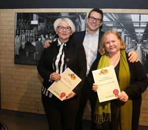 S-market Wiklund  winners. On the left, Store manager Hanna Lempiäinen and Harriet Koskenmäki are congratulated as the winners by Antti Oksa.